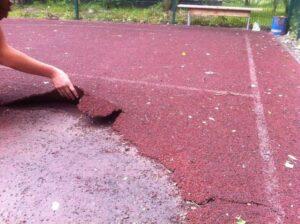 повреждение покрытия спортивной площадки