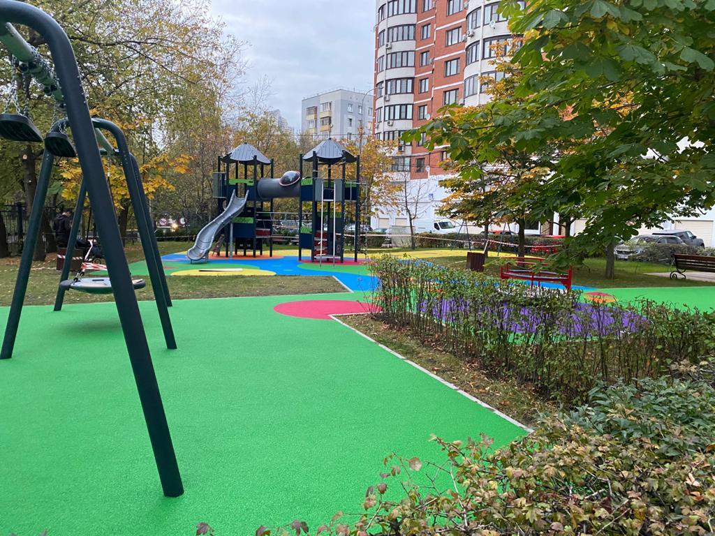 цветное каучуковое покрытие для детской площадки