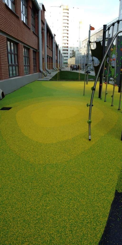 придомовая территория покрытая цветным резиновым покрытием