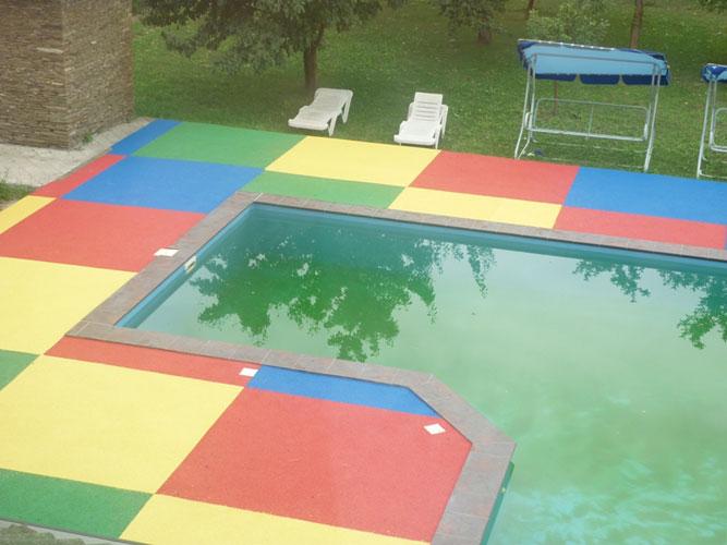 Резиновое покрытие и отмосткавозле бассейна