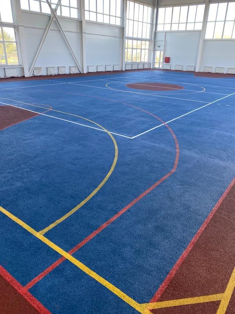 спортивная площадка с разметкой с покрытием из резиновой крошки