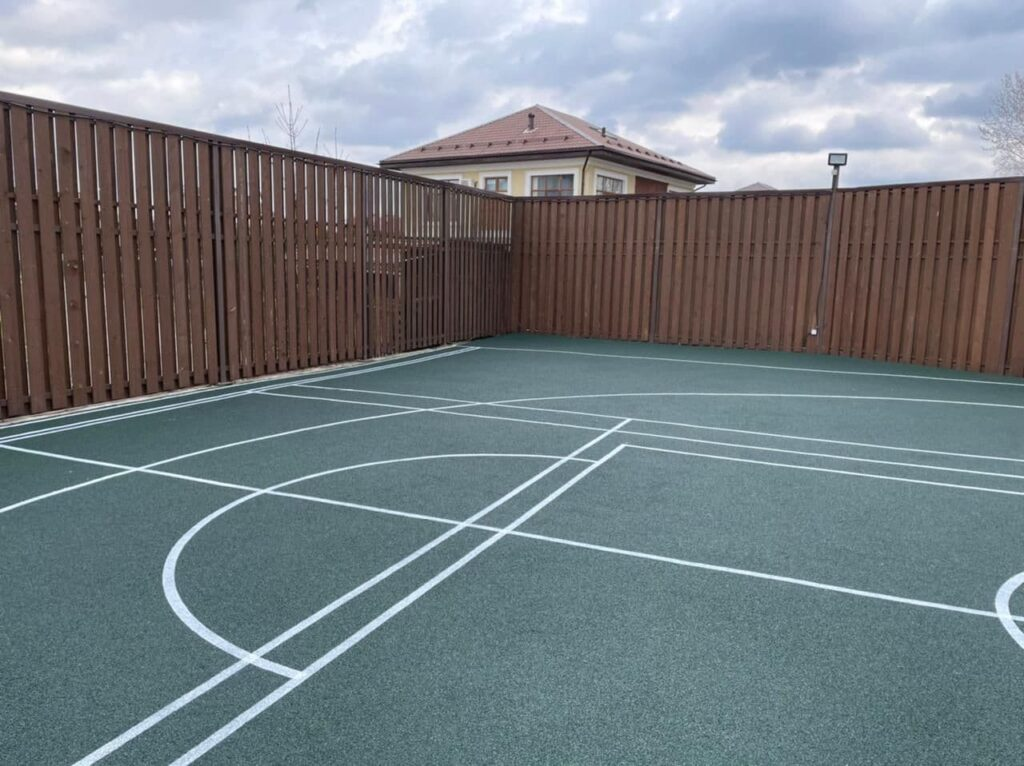 спортивная площадка с резиновым покрытием во дворе частного дома
