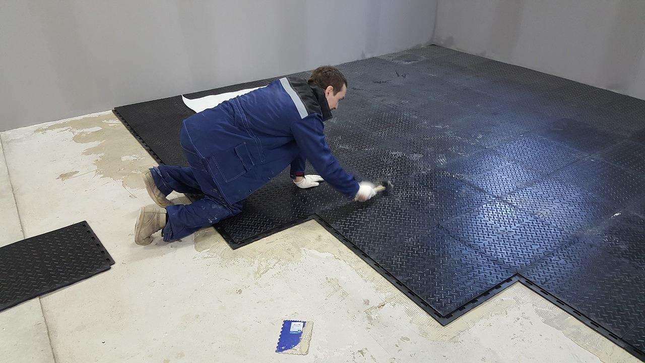 укладка резиновой плитки для промышленного пола
